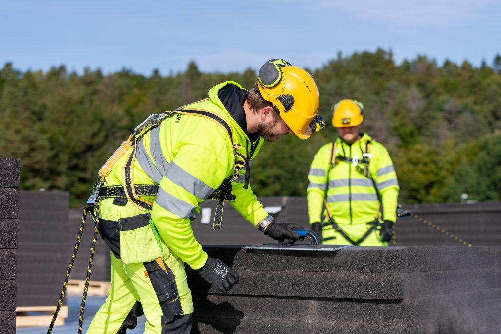 Foamrox installerer brannsikkert tak for Midtstøl Transport