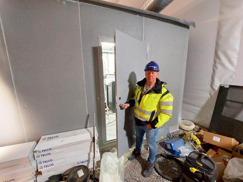 Jan Atle Einerkjær fra Consto Sør viser stolt frem det nye tekniske bygget som huser styringssystemet til Arendals nye glassheis