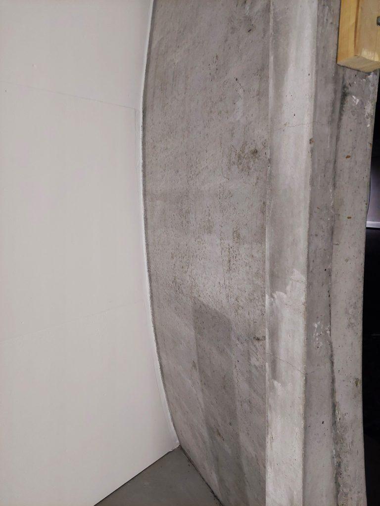 Forming av Foamrox elementer mot tunnelhvelvingen